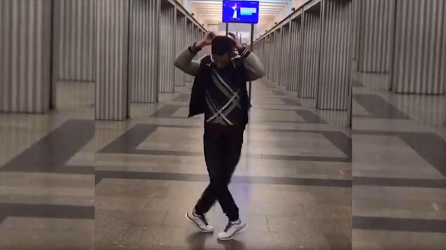 Юра танцует Шафл в метро
