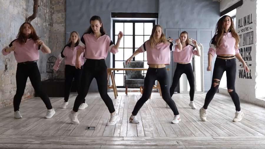 Красивые девушки танцуют шафл - Видео